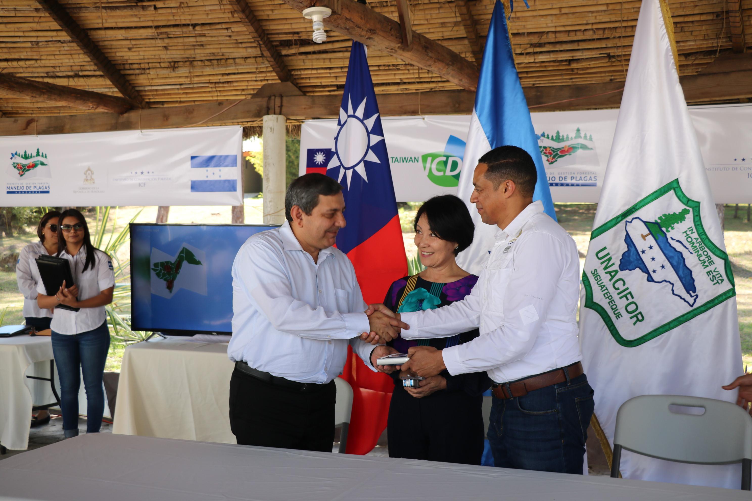 Firman convenio de cooperación específica para el establecimiento de centros demostrativos para el control del gorgojo