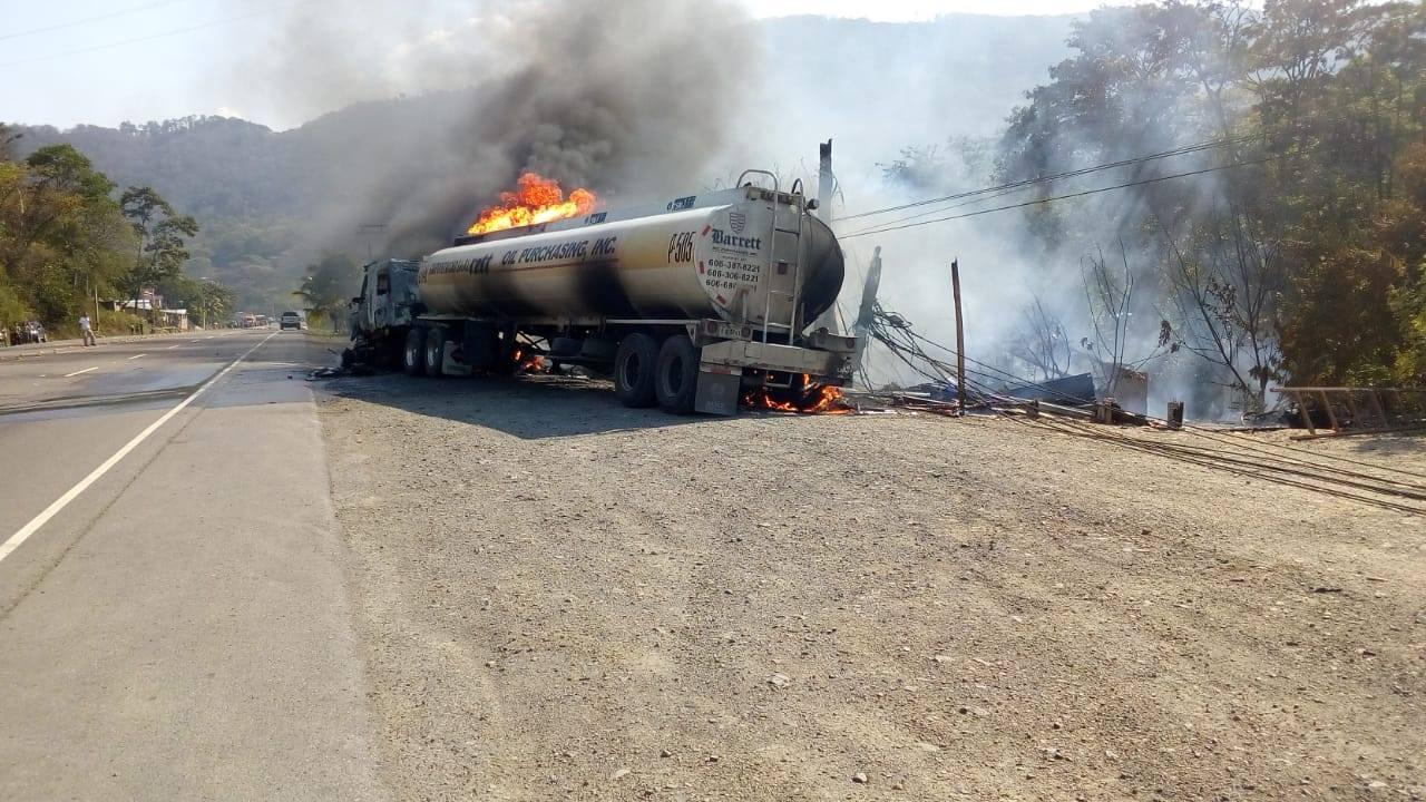 Cisterna toma fuego en el sector de Jardines, Taulabé