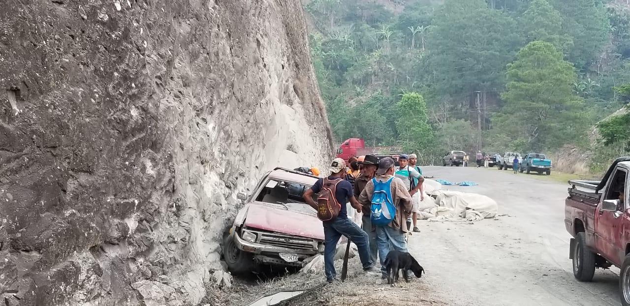 Se accidenta rastra cargada de cemento en Tutule, La Paz