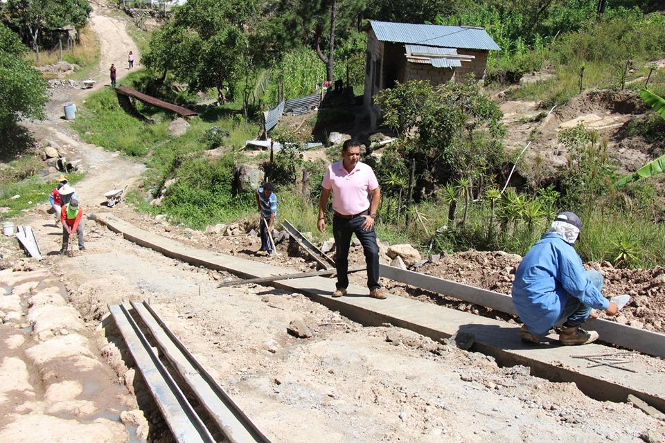 Alcalde Morales supervisó construcción de huellas de concreto en el barrio Tres Pasos N° 2