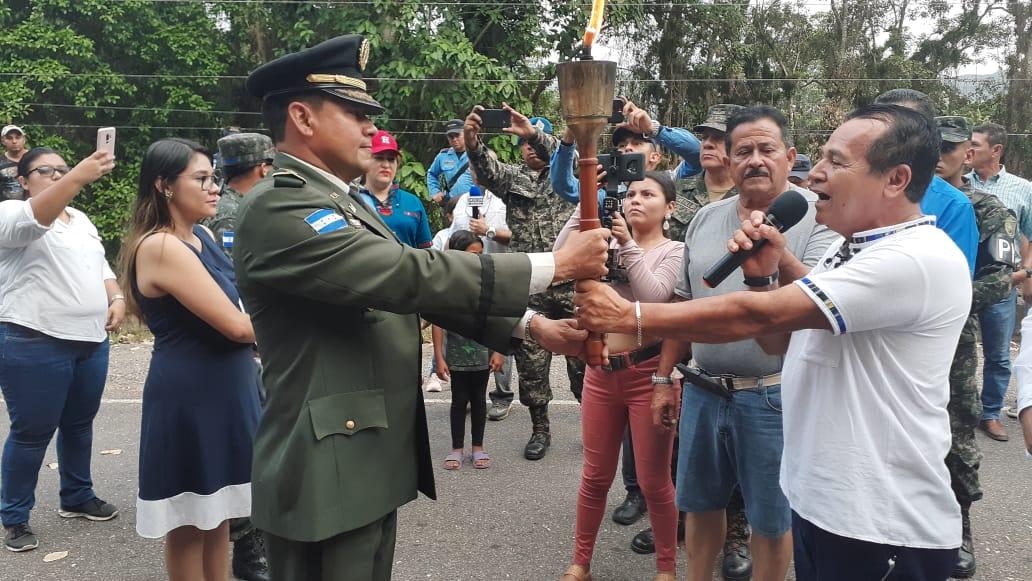 Comandante del Primer Batallón de Ingenieros recibió antorcha de la Libertad, Paz y Democracia.