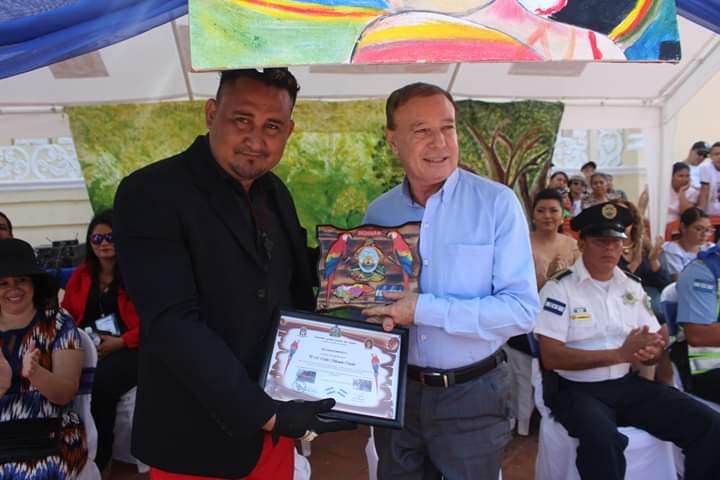 Autoridades educativas entregan reconocimiento al alcalde de Comayagua