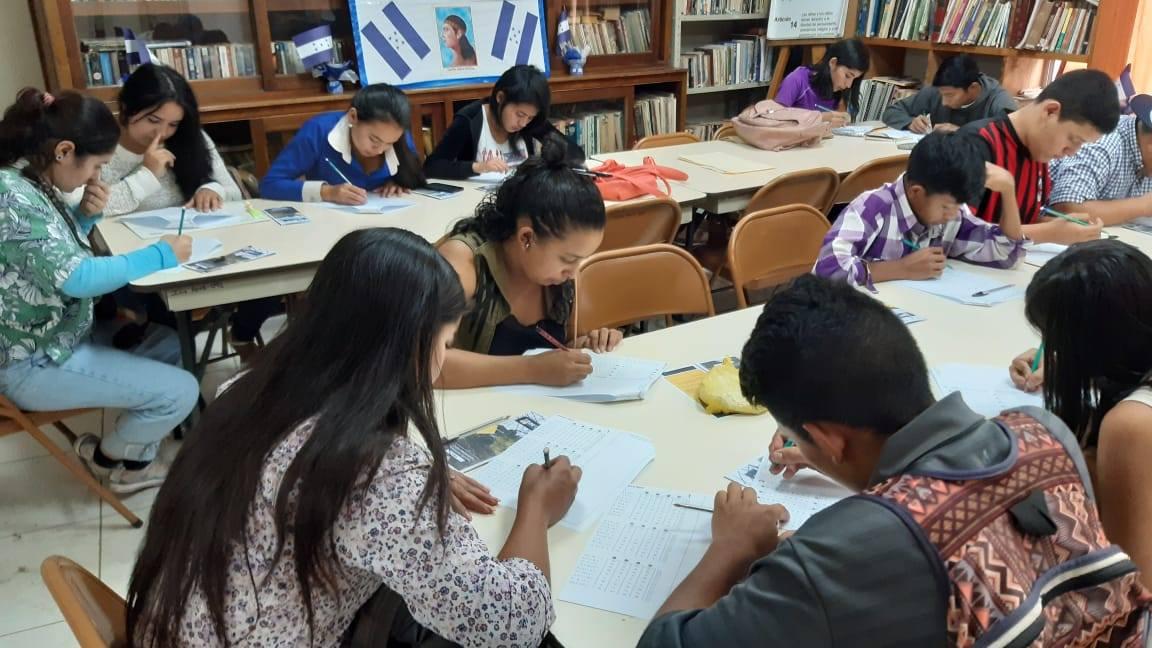 Jóvenes  aplican a examen de admisión para beca agrícola de INFOP en la ciudad de La Paz