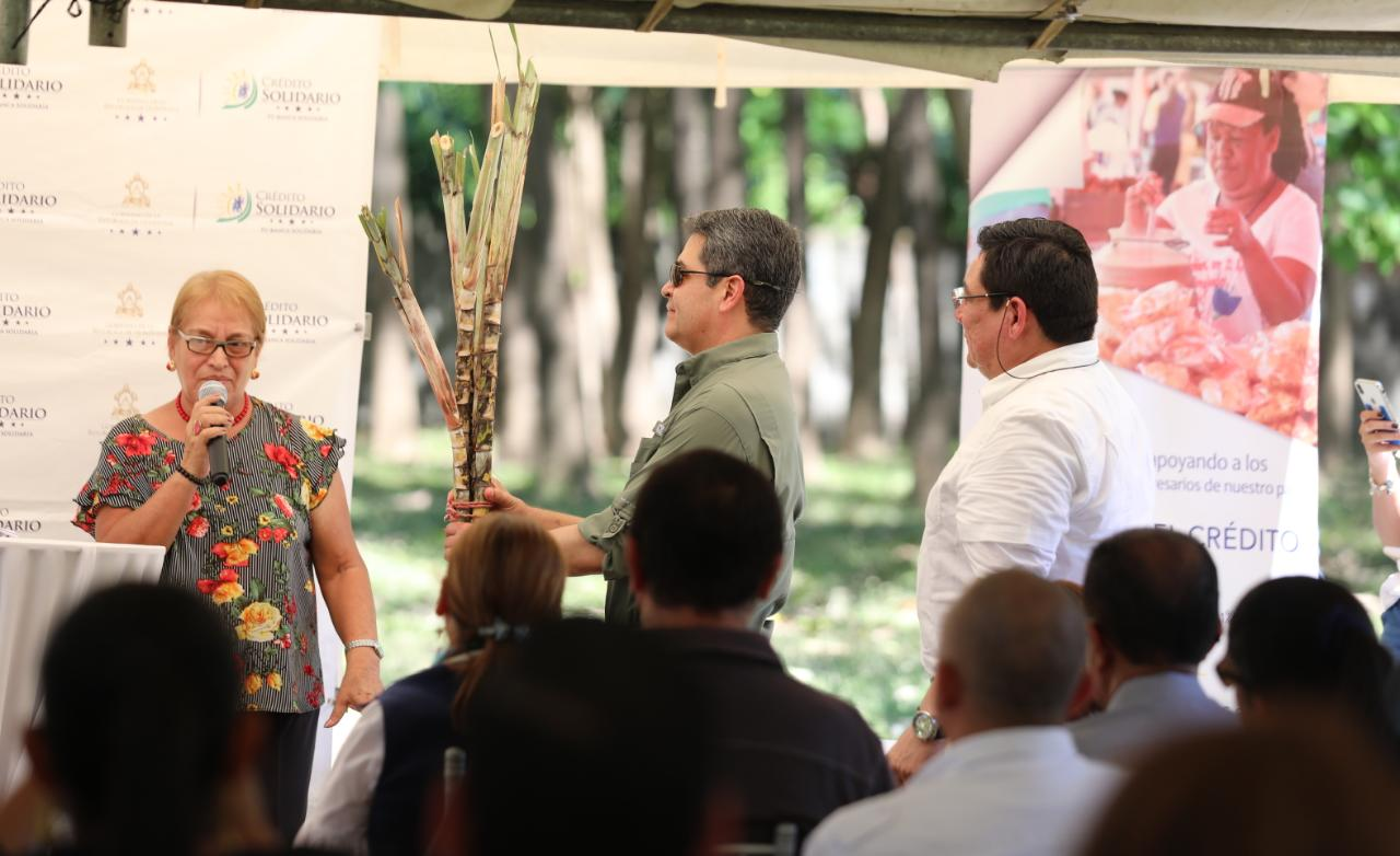 Presidente Hernández asiste a colocación de primera piedra de fábrica de panela en Monjarás