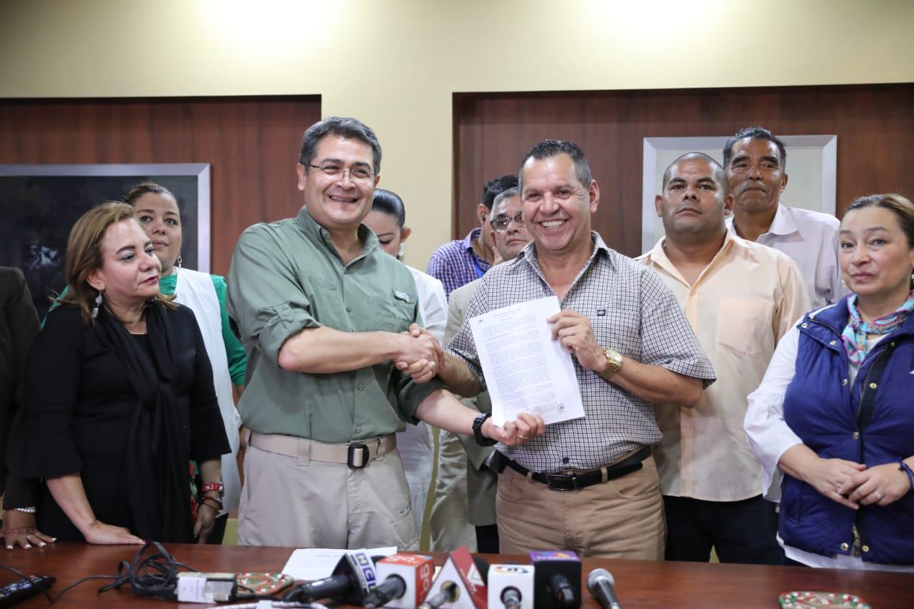 Presidente Hernández entrega a la Andeph el reglamento de la Ley de Alivio de Deuda –