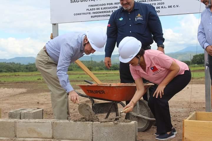 Autoridades colocan primera piedra para construcción de granja porcina en Comayagua