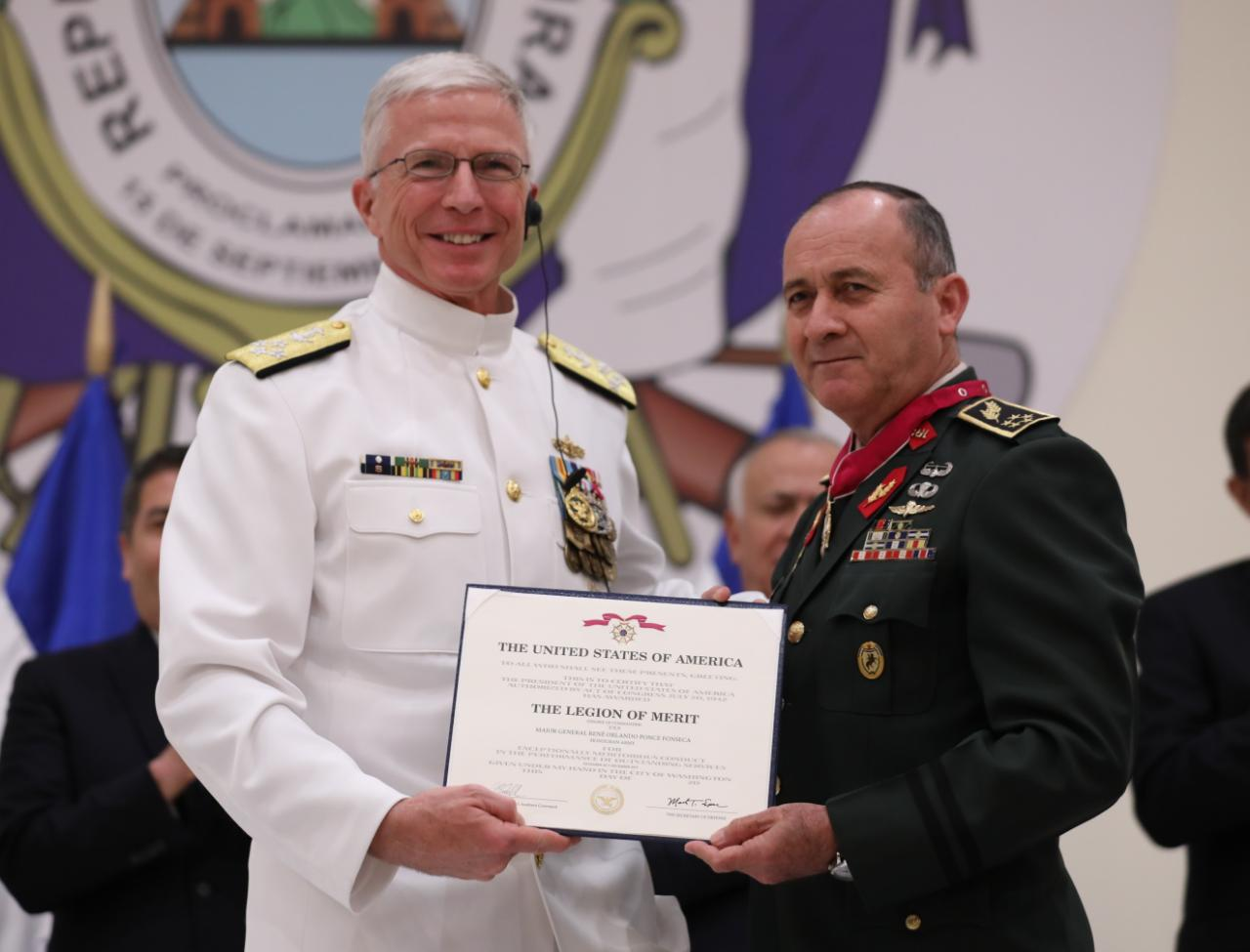El Presidente Hernández participó en Condecoración al General Ponce Fonseca con Medalla de Legión al Mérito