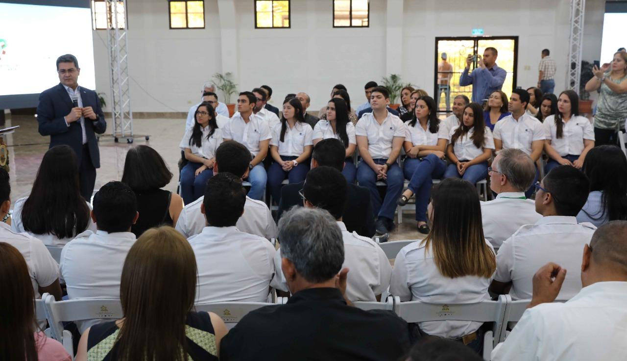 Estudiantes de UNACIFOR participan en conversatorio de alumnos becados con el Presidente Juan Orlando Hernández