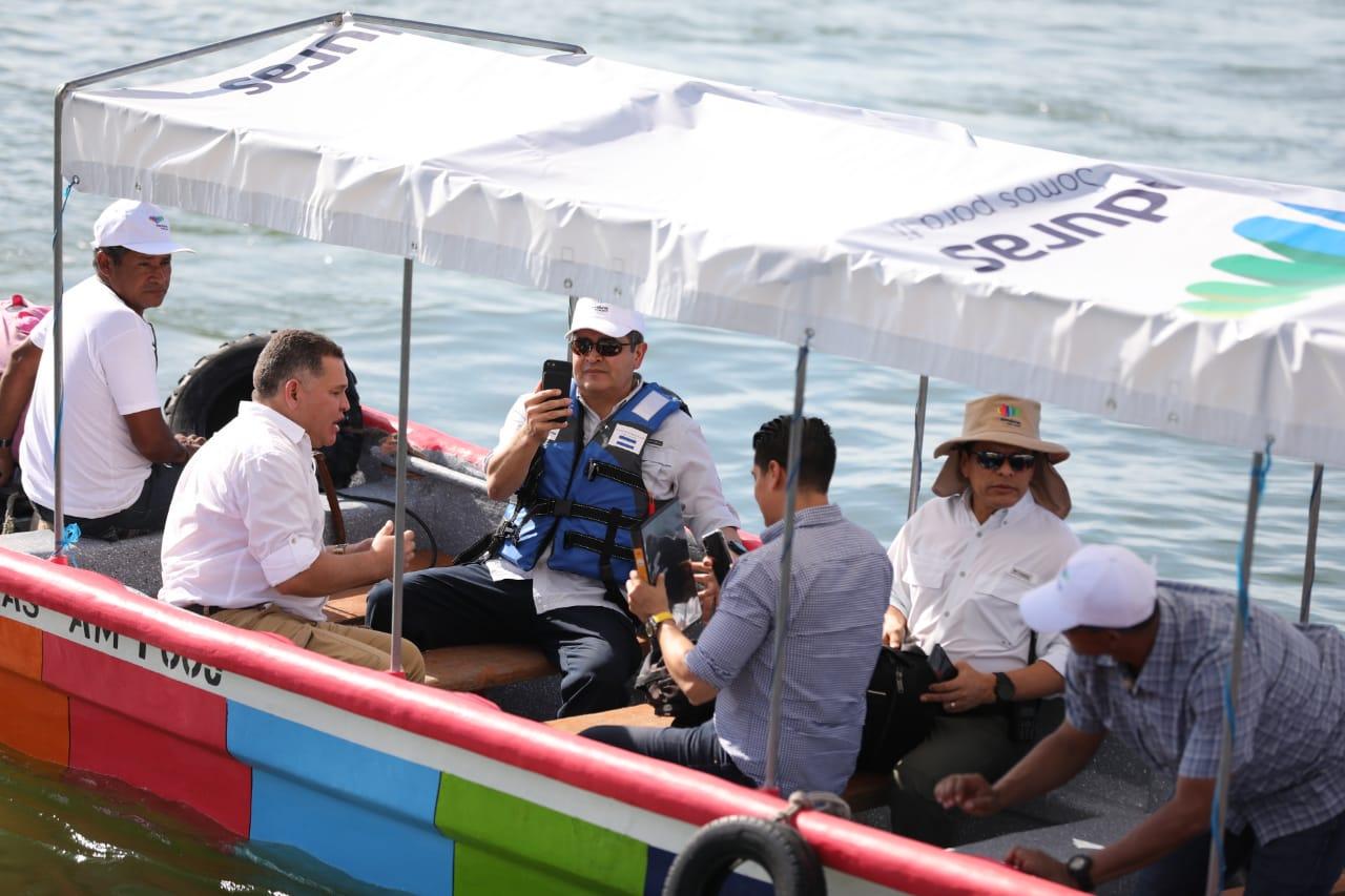 Presidente Hernández entrega lanchas a hondureños que dan transporte en Golfo de Fonseca