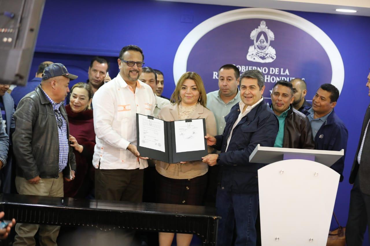Gobierno y maestros firman acuerdo de aumento salarial de 2.000 lempiras en dos años