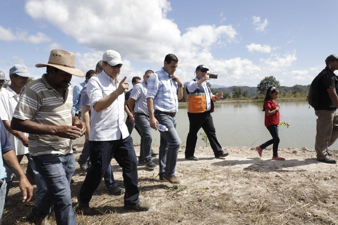 Presidente Hernández visita reservorio de agua en Lempira