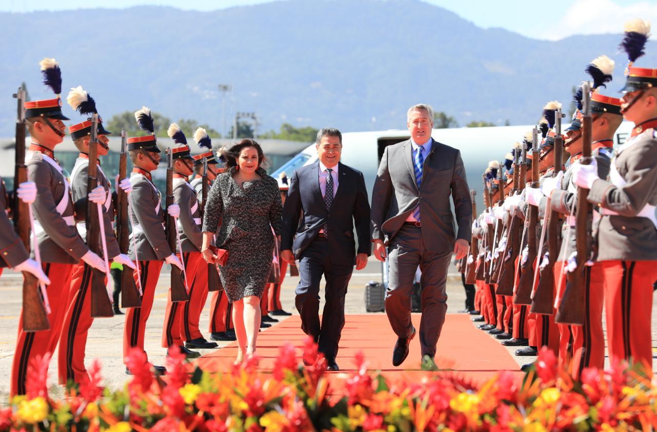 Presidente Hernández llega a Guatemala para participar en toma de posesión de su similar Alejandro Giammattei