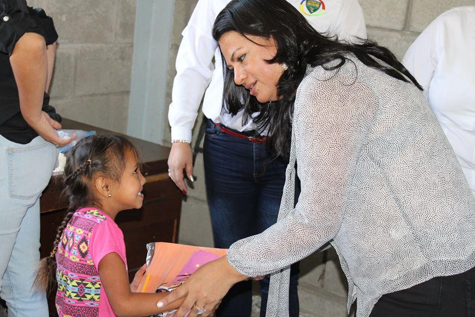 Vicealcaldesa de Siguatepeque entrega kits escolares en varios sectores
