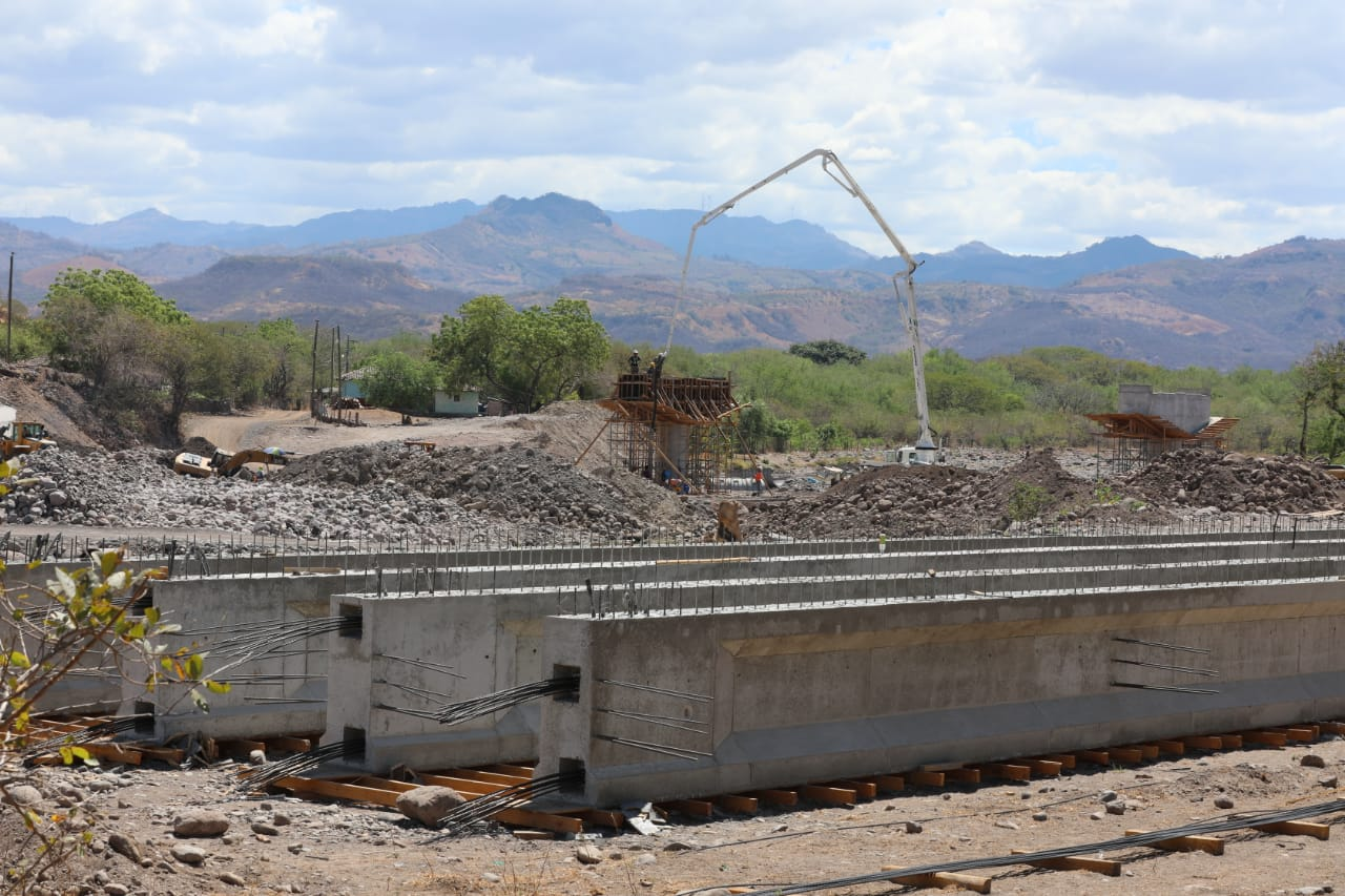 Presidente Hernández supervisa construcción: de puente sobre el río Chiquito en Orocuina