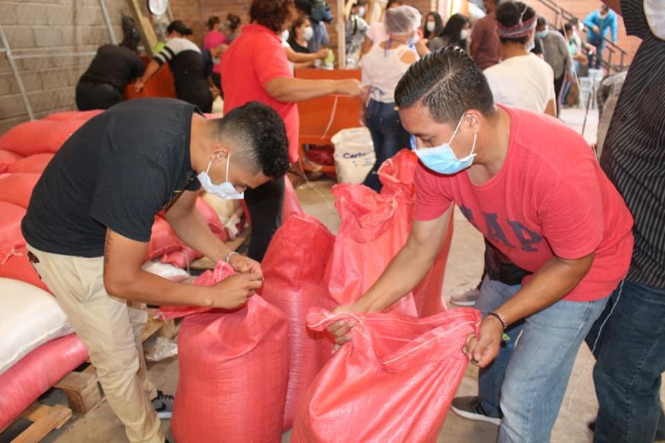 700 jóvenes preparan sacos de alimentos para 3,2 millones de personas