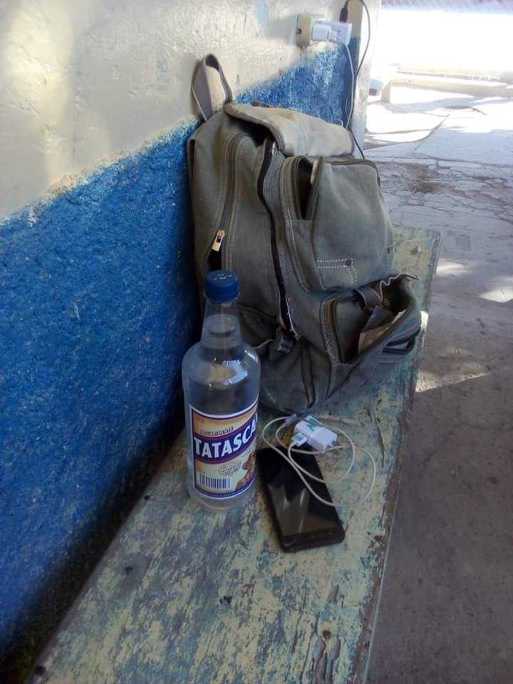Detienen hombre por tratar de introducir un teléfono celular y una botella de alcohol al centro penitenciario de Marcala