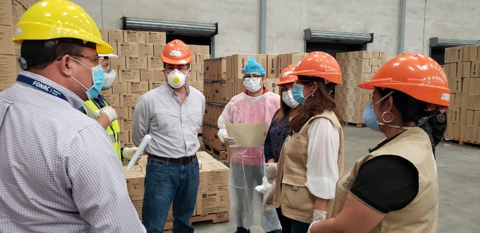 Presidente Hernández supervisa distribución de equipo de protección a las regiones sanitarias del país.