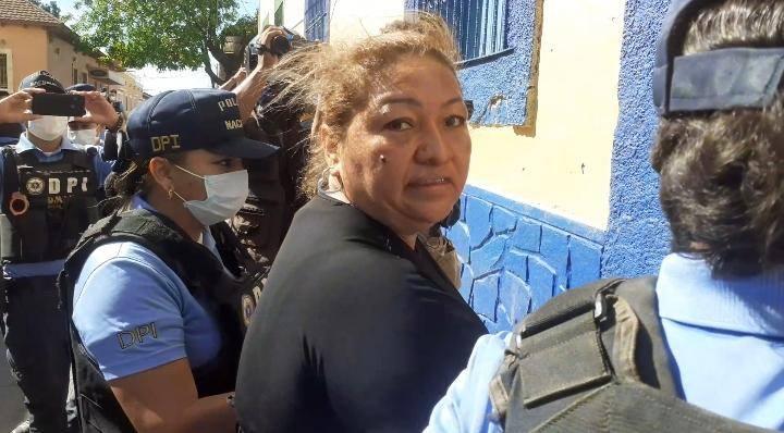 Mujer es capturada por tenencia ilegal de arma de fabricación artesanal y almacenamiento de artefactos explosivos