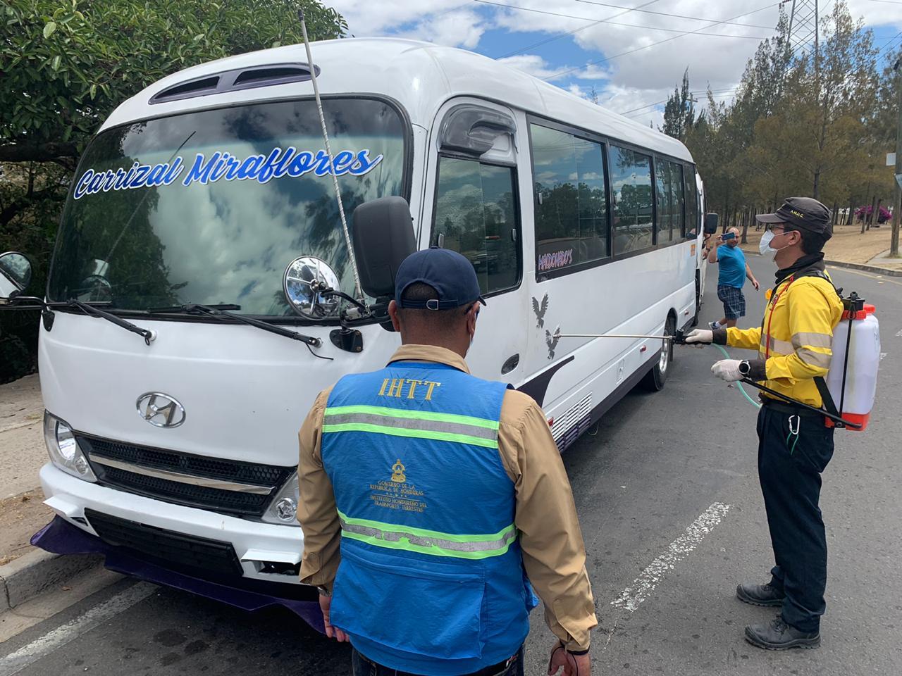 Transportistas solidarios dan servicio gratuito al personal de hospitales de Tegucigalpa
