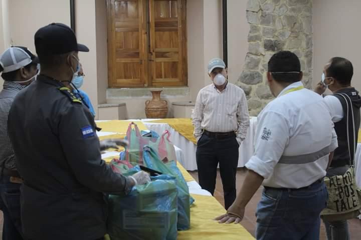 Alcalde Carlos Miranda se reúne con su equipo de trabajo para iniciar campañas de fumigación de vehículos