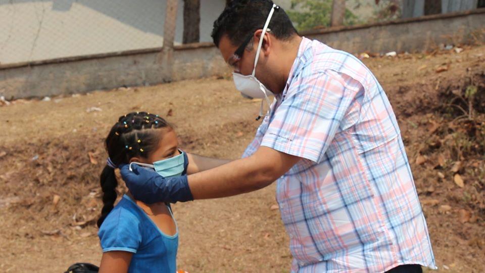Alcalde de Siguatepeque visitó población que habita en la cordillera para proporcionarles mascarillas, desinfectantes y varias ayudas