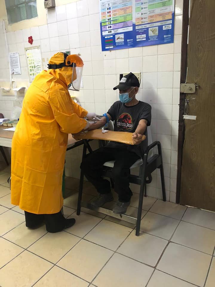 Personal del Hospital Santa Teresa recibe equipo médico para atender pacientes