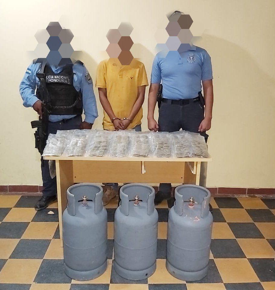 Sujeto es arrestado por llevar droga oculta en la puerta del vehículo y en tres chimbos de gas