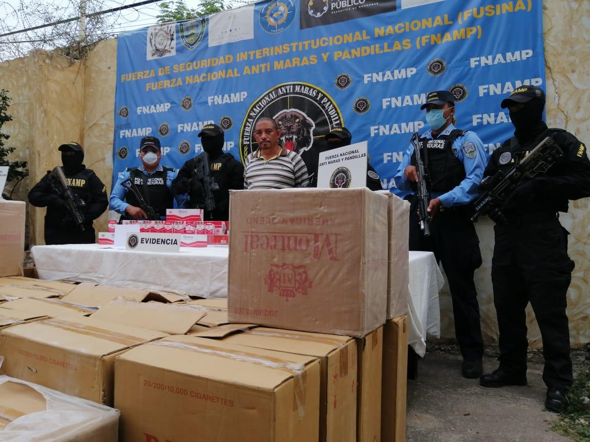 Agentes de policía arrestan a ciudadado por el ilícito de supuesto contrabando de cigarrillos valorados en más de un millón de lempiras