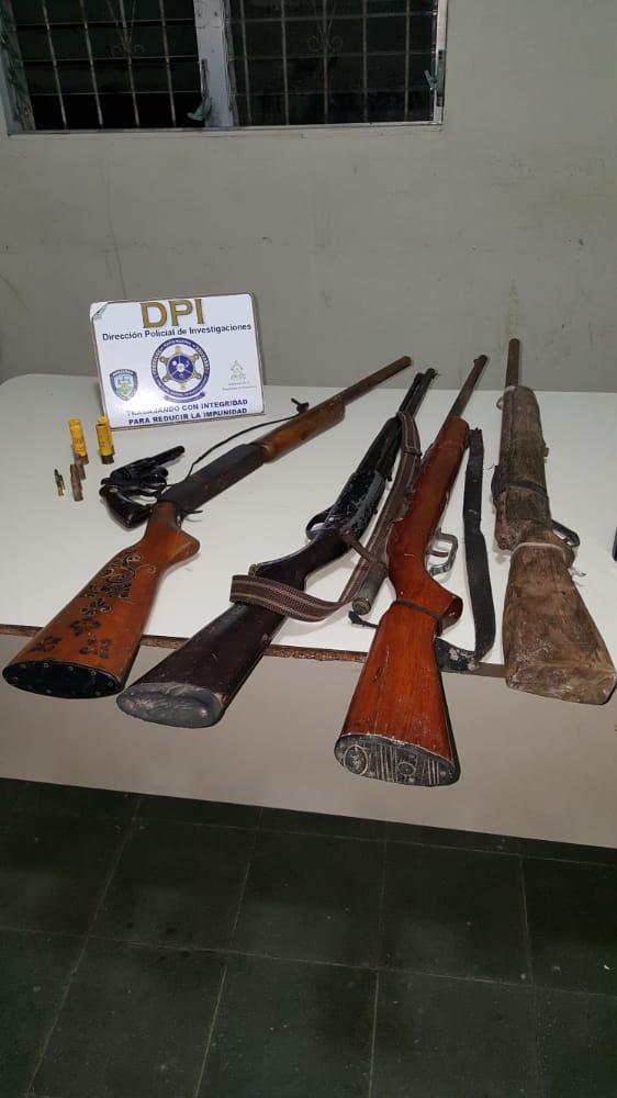 Con varias armas de fuego policías preventivos arrestan a dos individuos en Santa Ana, Meambar