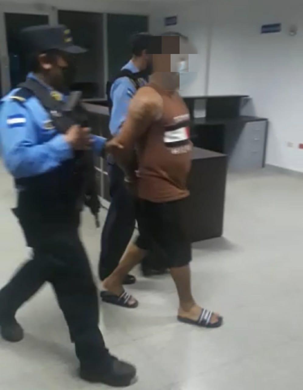 Con dinero en efectivo y supuesta cocaína policías preventivos arrestan a sospechoso del delito de tráfico de droga