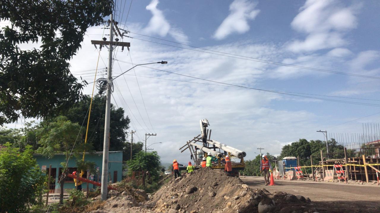 ENEE supervisa trabajos electricos en la CA-5 a la altura de la aldea Las Flores