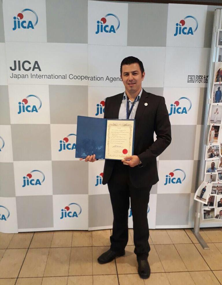 Ex becarios de JICA imparten conferencia sobre la energía solar y la geotermia