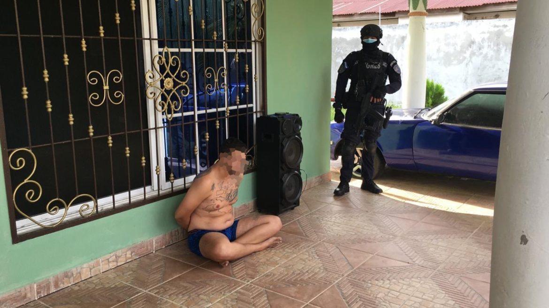 Sujeto es detenido con armas e indumentaria militar mediante allanamiento