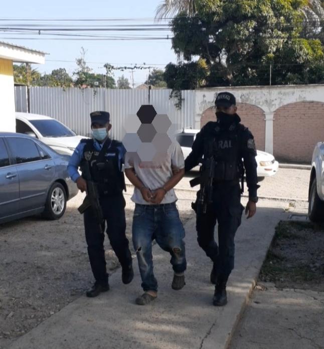 Policía lo arresta en posesión de un arma de fuego y por darle muerte a su pareja sentimental