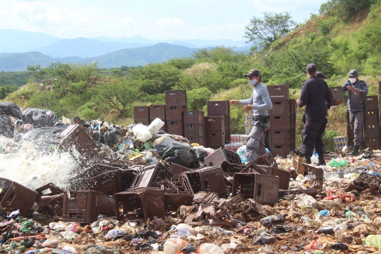 Policía Nacional y CONADEH realizan destrucción de bebidas alcohólicas decomisadas durante la Ley seca.