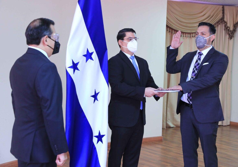 Rolando Leán Bú es juramentado como comisionado presidente de la junta interventora de la ENEE