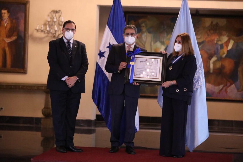 Presidente Hernández condecora a representante del Fondo de Población de Naciones Unidas por su contribución con Honduras