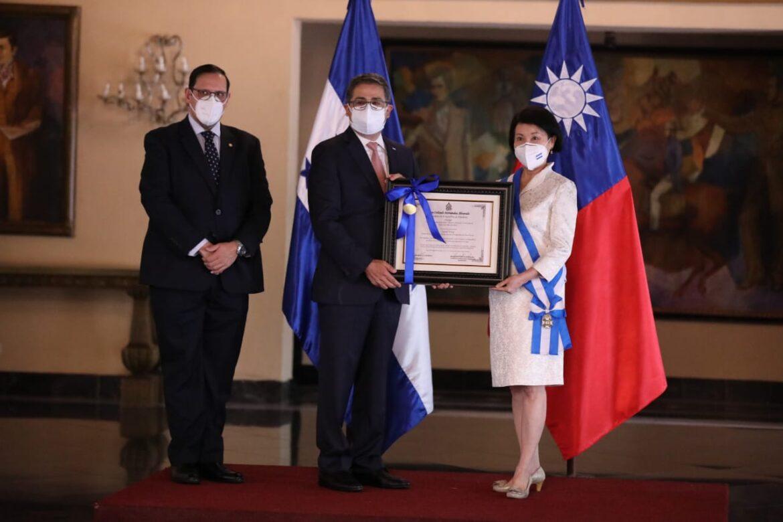 Presidente Hernández condecora a embajadora de Taiwán por su apoyo y amistad con el pueblo de Honduras