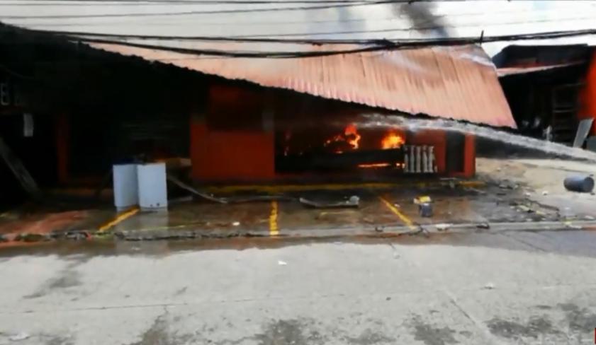 Incendio consume en su totalidad una ferretería en Siguatepeque