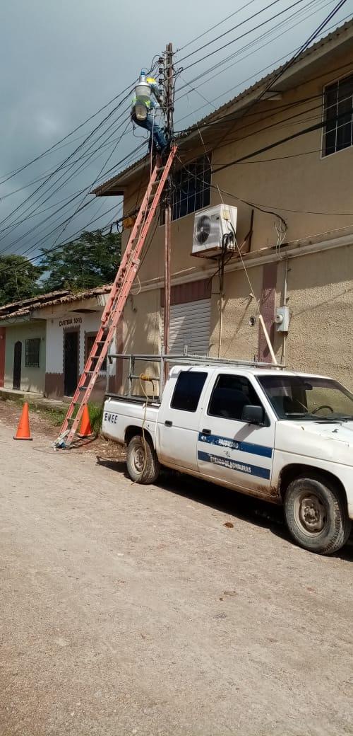 Personal de la ENEE reparó lámparas en Marcala