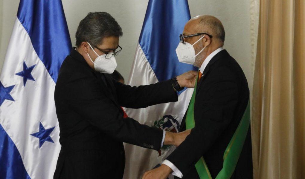 Presidente Hernández condecora a embajador de República Dominicana
