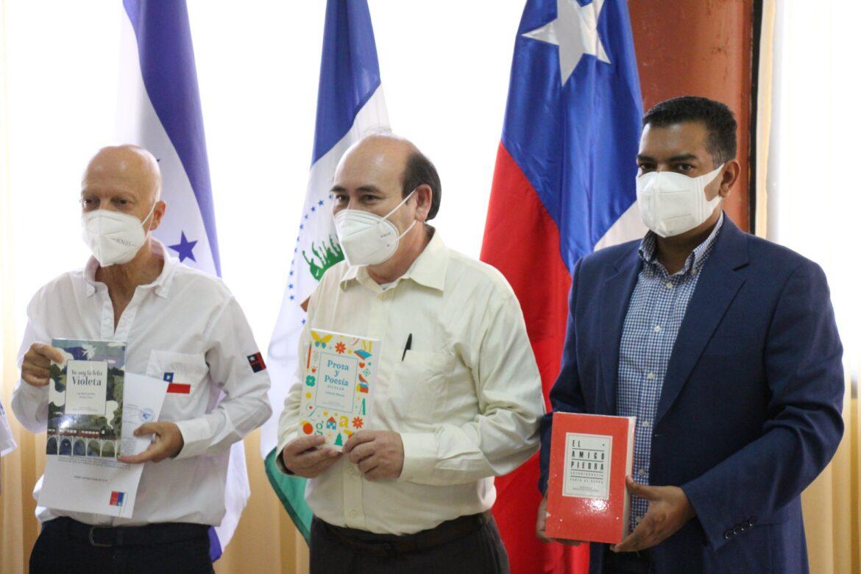 Embajador de Chile entregó lote de libros al instituto Genaro Muñoz Hernández
