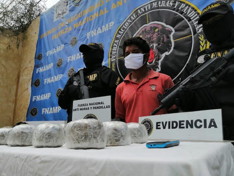 FNAMP detiene a integrante y «Mula» de la Banda Criminal «El Coray» quien trasladaba en una mochila varios paquetes de hierba seca «supuesta marihuana»