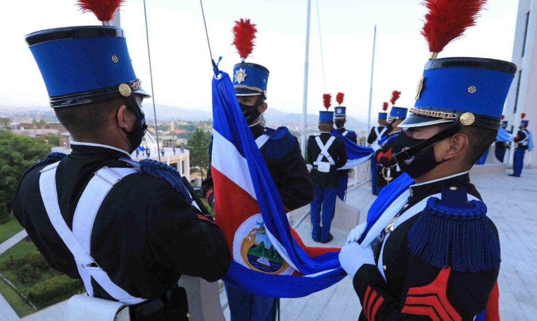"""Presidente Hernández en ceremonia de izada de la bandera: «Hemos visto héroes emerger desde cada rincón de Honduras"""""""
