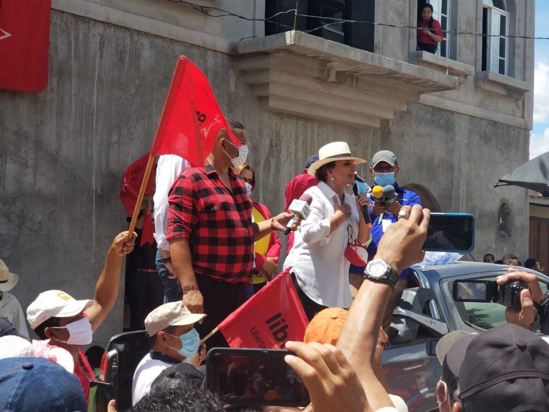 La precandidata a la presidencia por el Partido Libre, Xiomara Castro de Zelaya en Asamblea en el Municipio de Manto, Olancho acompañada por los diputados Carlos Zelaya y Rafael Sarmiento.