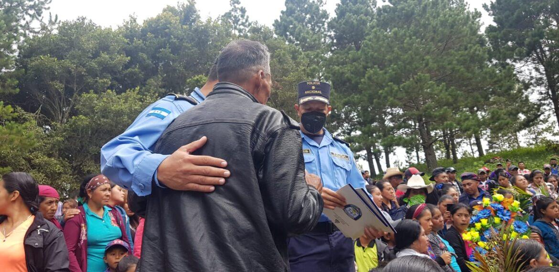 Triste adiós al agente de policía Elmer Corea García durante su sepelio en la comunidad de San Matías, Guajiquiro, La Paz