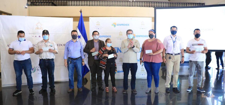 Presidente Hernández entrega financiamiento a emprendedores de la quinta avenida de Comayagüela