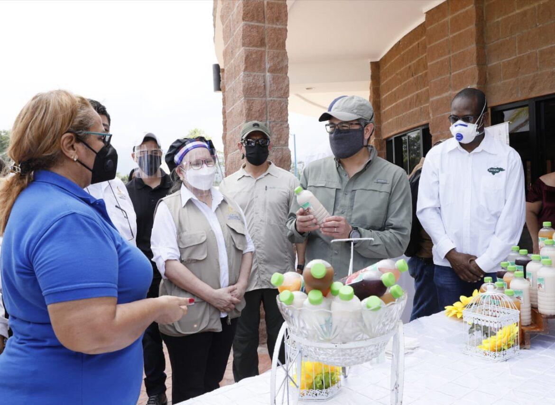 Comerciantes y arroceros de La Ceiba reciben apoyo de Crédito Solidario en impulso a reactivación económica