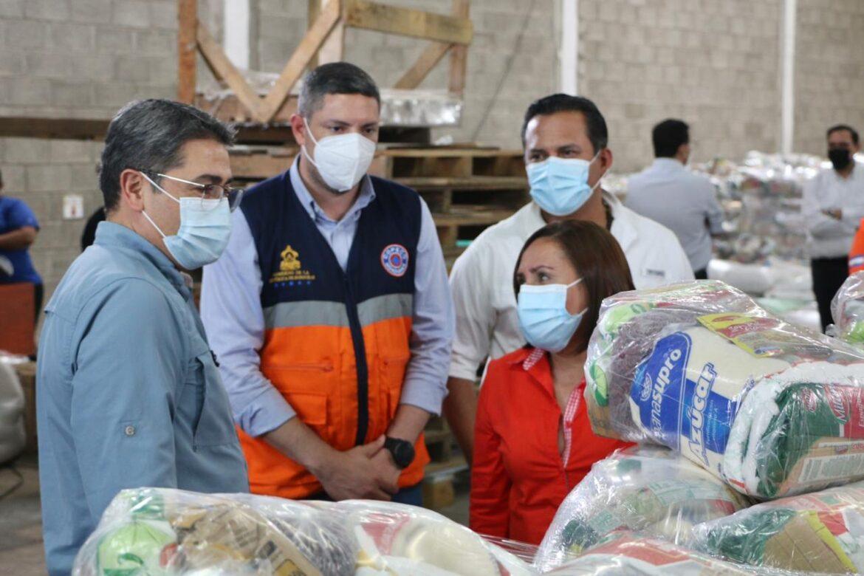 Presidente Hernández constata el envío de las primeras raciones de alimento para afectados por la tormenta tropical IOTA