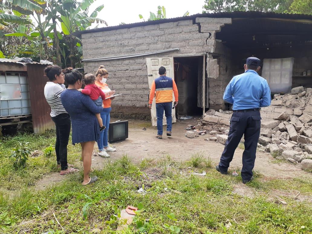 Agentes policiales acuden al rescate de personas luego de derrumbe en aldea de Siguatepeque